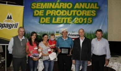 O produtor de leite Ivonir Luiz Stalhofer recebendo a premiação na categoria