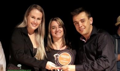A dupla Rosilene (à esquerda) e Juliano (à direita) recebendo o troféu de 3ª colocada no Festival SESI de Música 2015, em Curitiba.  Imagem: Acervo Copagril