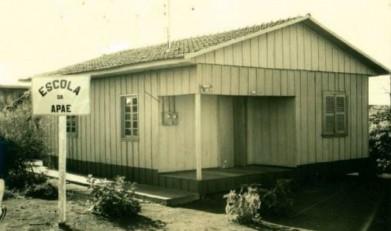 Primeira unidade escolar  da APAE - Marechal Cândido Rondon, na esquina das Ruas D. João VI e Pernambuco.  Anos depois a construção foi demolida e edificada o prédio onde hoje está instalada a unidade da PMPR.  Imagem: Acervo Memória Rondonense - FOTO 1 -
