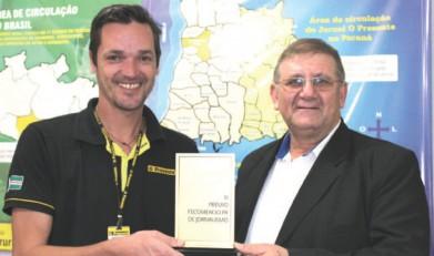 Jornalista Giuliano de de Luca recebendo  o prêmio Fecomércio de Jornalismo 2015 das mãos de Ademar Bayer, presidente do Sindicato do Comércio Varejista de Marechal Cândido Rondon.  Imagem: Acervo O Presente - FOTO 6  -