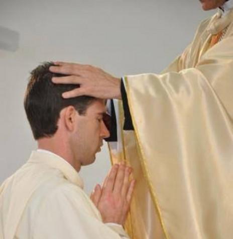 Momento da ordenação sacerdotal de Jauri Strieder, na Matriz Católica Sagrado Coração de Jesus, de Marechal Rondon, em setembro de 2012. Imagem: Acervo O Presente - FOTO 1 -