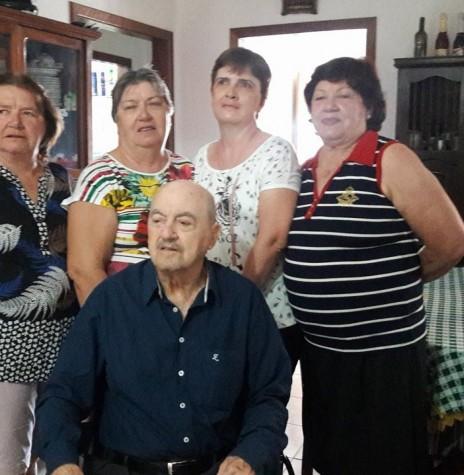 Pioneiro rondonense Hilário da Cunha com suas filhas Valeria Veleda, Lourdes Margarida, Mirna Iara e Paula.  Imagem: Acervo pessoal - FOTO 17 -