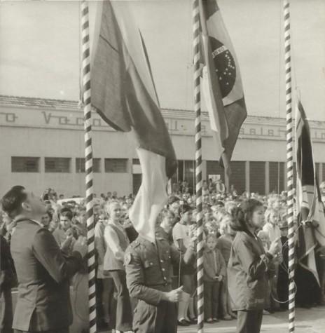 Solenidade de hasteamento das bandeiras antes da solenidade inauguração da então Escola Normal Concórdia, junto ao Colégio Rui Barbosa, em julho de 1972.  Imagem: Acervo Valdir Sackser - FOTO  10 -