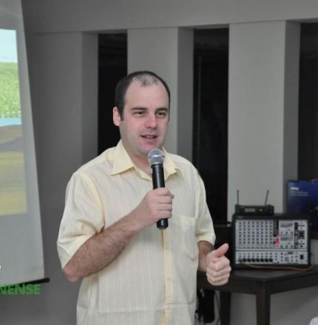 O economista e analista de mercado Aldo Francisco Lobo palestrando na abertura do Dia de Campo Copagril 2013. Imagem: Acervo Imprensa Copagril - FOTO 5 -