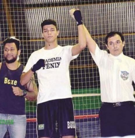 O lutador rondonense Gustavo Araújo, de 17 anos, ganhou a medalha de ouro do Campeonato Paranaense de Boxe de Cadetes na categoria de meio-médio, de 68 a 70 quilos, em setembro de  2015.  Imagem: Acervo O Presente  - FOTO  13  -