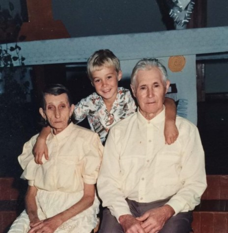 Casal Sophia (nascida Steinbach)) e Henrique Schneider com o neto  filho do filho Tarcísio Leandro Schneider. Imagem: Acervo Isolde Schneider - FOTO 3 -