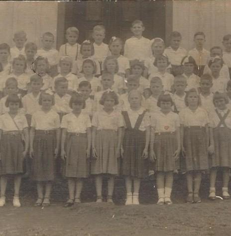 Alunos  do Grupo Escolar Marechal Cândido Rondon com o professor Waldomiro Liessem, no final de década de 1950.  Imagem: Acervo Heiderose Liessem - FOTO 5 -