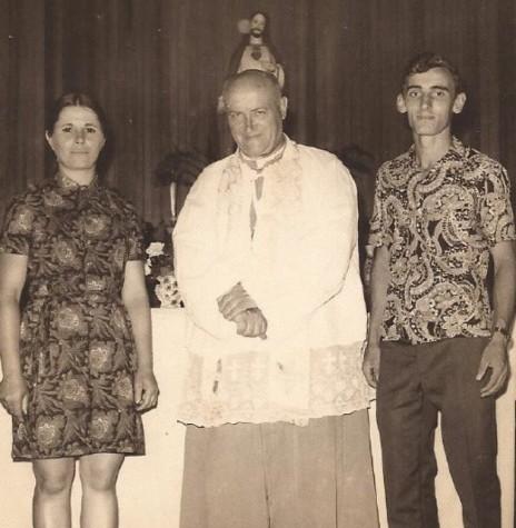 O Padre José Gaertner SVD, primeiro vigário da Paróquia Nossa Senhora Aparecida , de Mercedes, com os professores de Porto Mendes, Rozalina Parizotto Cemin e Tarcísio Bartzen.  Imagem: Acervo Rozalina Cemin