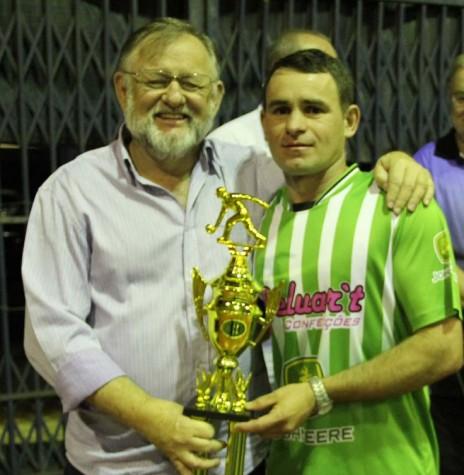 Jogador Cleverson Ortiz recebendo o troféu