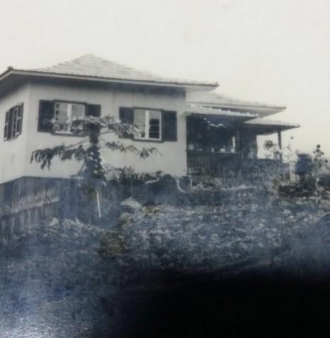 A residência  vistosa que pertenceu ao casal Leonel e Hera Sander, na chácara em Marechal Cândido Rondon.  Imagem: Acervo Remi e Lídia Agnes Sander - FOTO 4 -