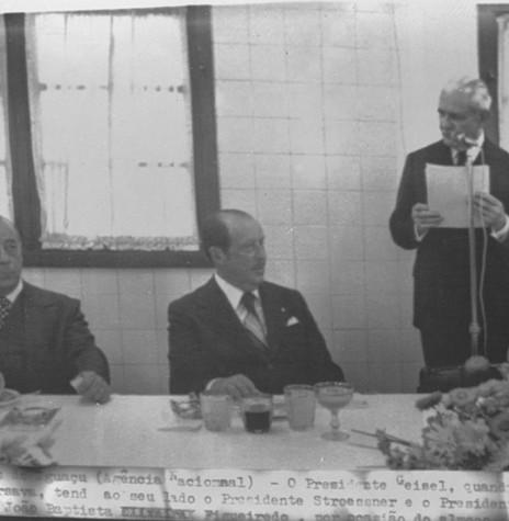 Presidente Ernesto Geisel saudando o colega paraguaio Alfredo Stroessner que tem ao seu lado direito o general João Figueiredo, futuro presidente do Brasil. Imagem: Wagner Dias - FOTO 12 -
