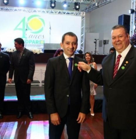 Empresário Leorevaldo Curtarelli de Oliveira (e) recebendo o