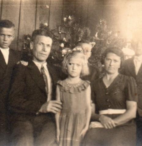 Gustav (adotou no Brasil o nome de Gustavo) com a esposa e filhos, fotografados  recém chegados a Marechal Cândido Rondon, em tempos de Natal.  Imagem: Acervo Tusnelda (Tusca) Krummenauer - FOTO 2 -
