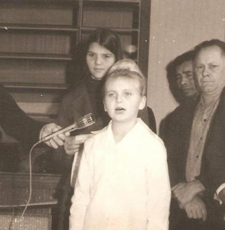 A aluna Argelia Kappel recitando um poema na inauguração da Escola Pedro Álvares Cabral.  Imagem: Acervo Jorge Roberto Freitag - FOTO 4 -