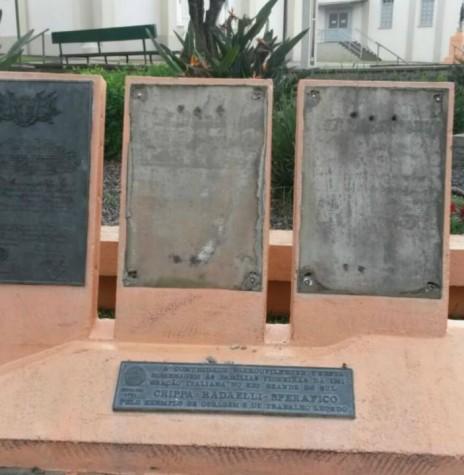Monumento em homenagem as três primeiras famílias que imigraram ao Rio Grande do Sul, na localidade de Nova Milano, município de Farroupilha.  Imagem: Acervo PM - Farroupilha - FOTO 1 -