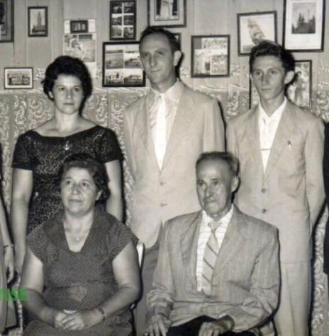 Casal Adiles e Ervino Jochims  com a filha Vane e os filhos Ivo e Nauro.   Sentados os pais de Adiles: Laureana e Emílio Mohr   Imagem: Acervo Vane Jochims Hensel - FOTO 1 -