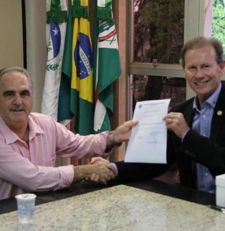 Celso Luiz Fracaro recebendo o decreto que o declara hóspede oficial do município de Marechal Cândido Rondon, do  prefeito municipal Moacir Froelich.  Imagem: Acervo Imprensa - PM-MCR - FOTO 4 -