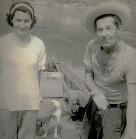 Willy Spiecker e esposa Margarida num barco, na confluência do Rio São Francisco Verdadeiro com o caudaloso Rio Paraná, mostrando a cabeça de um peixe jaú.  Imagem: Acervo Margarida Spiecker - FOTO 16 -