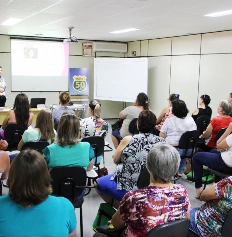 Arlete Bendo, assessora de cooperativismo da Copagril, ministrando o curso para secretárias e tesoureiras.  Imagem: Comunicação Copagril - Crédito: Carina Ribeiro - FOTO 5 -