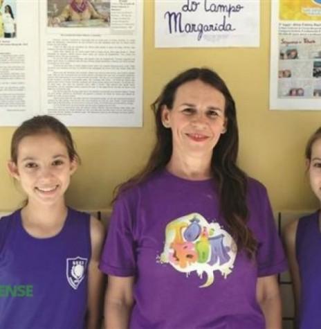 Karine Rachow, a professora Marlene Habowski Amorin, e Aline Rachow, da Escola de Estadual de Campo de Margarida. As duas irmãs gêmeas são vencedoras de diversos concursos. Imagem: Acervo O Presente - FOTO 7 -