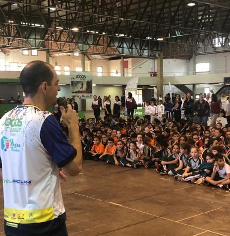 Cristiano Metzner, secretário municipal de Esporte e Lazer, de Marechal Cândido Rondon, procedendo a abertura do 2º Agita Rondon e dos Jogos de Aventura e Natureza. Imagem: Acervo O Presente - FOTO 14 -