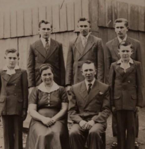 Pioneiro rondonense Daniel Borowski, falecido em setembro de  2000, com a esposa Olga Stefanoski e filhos. Imagem: Acervo Marcelo Boroski - FOTO 5 -