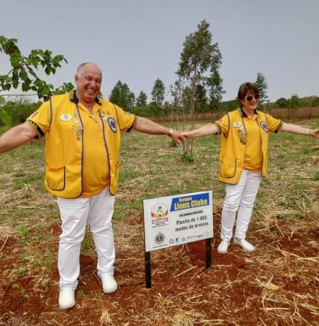 Governador do distrito LD-1, Flávio Gonçalves e esposa Janete, visitando um dos projetos desenvolvidos pelo Lions Club de Marechal Cândido Rondon. Imagem: Acervo Marechal News - FOTO 12 -