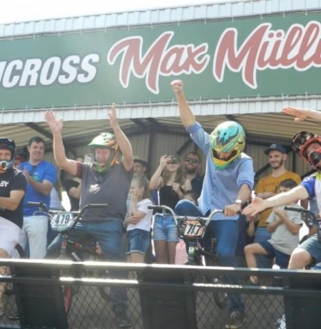 Momento da inauguração da pista de Bicicross, com o prefeito Márcio Andrei Rauber (de camisa azul) e o vice-prefeito Ilário (Ila) Hofstaetter ( de camiseta roxa) participando de umas