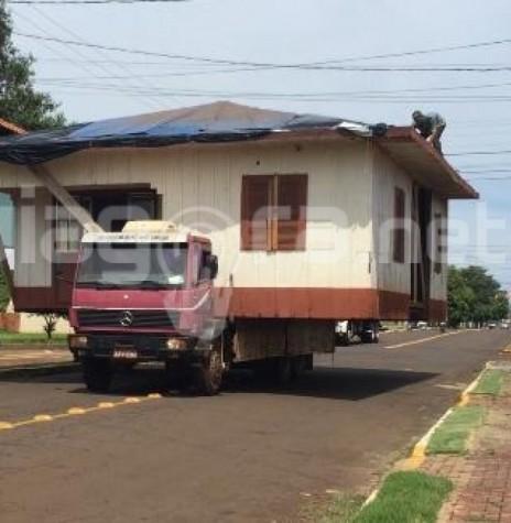 Casa de madeira transportada do centro da cidade  de Marechal Cândido Rondon para o interior do município. Imagem: Acervo AquiAgora.net - FOTO 6 -