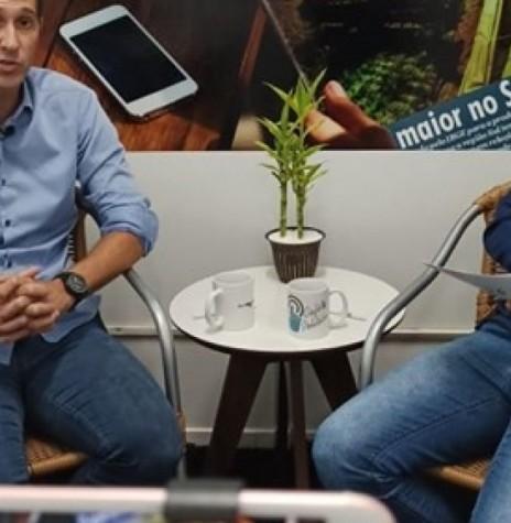 Comunicador Fernando Négre Nascimento entrevistando o prefeito municipal rondonense Marcio Andrei Rauber (e), na estreia do espaço #CaféEPolítica. Imagem: Acervo AquiAgora.net - FOTO 8 --