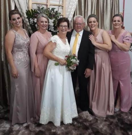 Casal Romilda e Bruno Siebeneichler com suas quatro filhas, em começo de janeiro de 2020. Imagem: Acervo Lígia Sackser - FOTO 11 -