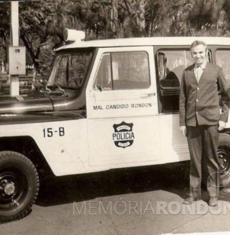 O prefeito rondonense Almiro Bauermann (e) repassando a viatura Rural Ford/Willys ao delegado de Polícia Alberto Meier. Ao fundo, a Praça Willy Barth. Imagem: Acervo Projeto Memória Rondonense - FOTO 6 -