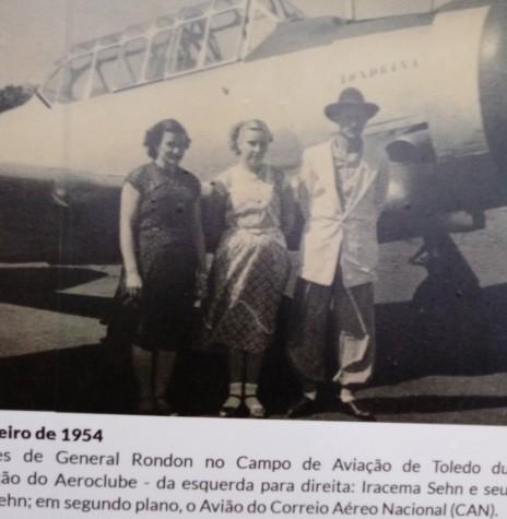 Adolino Sehn e esposa e acompanhante no aeroporto de Toledo. Imagem: Acervo Museu Histórico de Toledo - FOTO 2 -