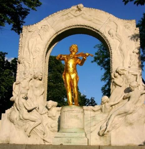 Estátua em homenagem ao músico Johann Strauss II, no parque da capital austríaca, Viena,  pela composição da valsa