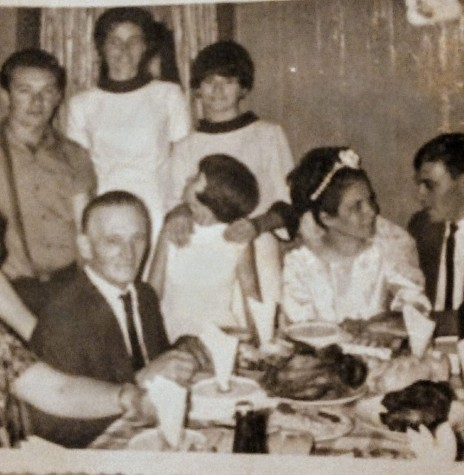 Comemoração festiva do casamento de Ermella Meier e Ilário Ermindo Kehl.  À esquerda, casal Frida Joana e Ermindo Kehl, pais do noivo.  A menina de branco, olhando para trás, é Marlise Meier, irmã da noiva. Imagem: Acervo Graciela Marques Gonsalves - FOTO 7 -