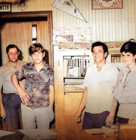 Pioneiro Alzido Arlando Schroeder( segundo da esquerda à direita), em foto nos estúdios da Rádio Difusora Rondon AM, no 3º piso do Edifício Irmãos Lamb, na companhia dos colegas( da esq. à dir.)  Walter Basso, José Noll, Manoel Canabarro (Gauchinho), José Carlos Grolli e Ana Elisa Baumann.  Imagem: Acervo Walter Basso - foto colorido artificialmente por dispositivo de internet - FOTO 1 -