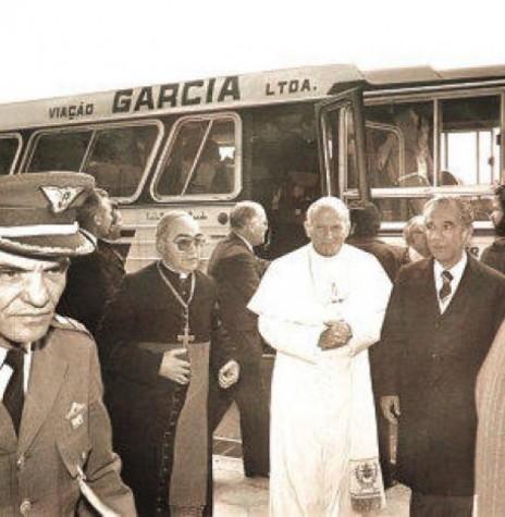 João Paulo II em Curitiba, ladeado pelo arcebispo Pedro Fedalto, de Curitiba; e pelo governador do Paraná, Ney  Braga.  Imagem: Acervo Misericórdia. org. br - FOTO 5 -