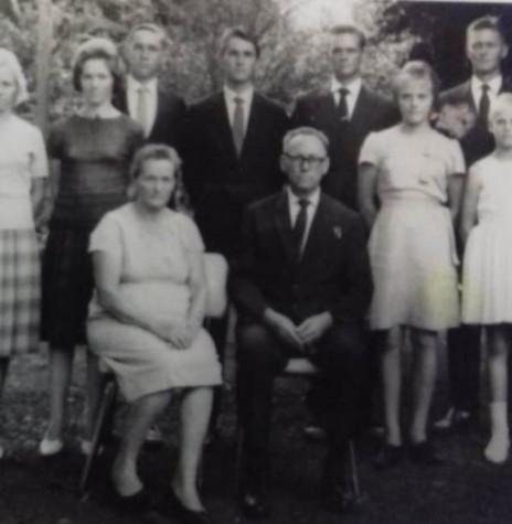 A pioneira Erica (nascida Lampert) Lange com o esposo Guilherme e os filhos ( da direita à esquerda) Haroldo,  Alberto (mais conhecido por Juvico) Valter, Arno, Adelaide, Alma, e {a direita, a Renate, a ca;ula e Asta. Imagem? Acervo Haidi Lange Senger - FOTO 4 -