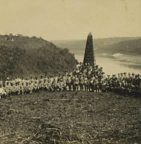 Encontro dos revoltosos paulistas com os rebeldes gaúchos, liderados por Luiz Carlos Prestes, no Marco das Três Fronteiras, em Foz do Iguaçu. Imagem: Acervo arquiteto Walter Dysarsz - Foz do Iguaçu - FOTO 3 -