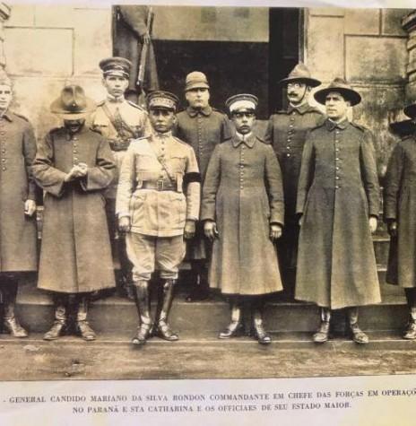 General Rondon (de traje branco e quepe, à frente) e seu staff do Comando Maior de enfrentamento dos revolucionários. Imagem: Acervo Projeto Memória Rondonense - FOTO 4 -