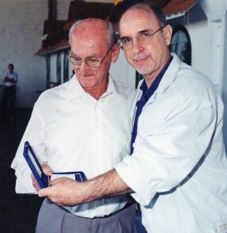 Pioneiro rondonense Hugo Anibal Haubert recebendo a placa de Honra ao Mérito do vereador Dr. Ítalo Fernando Fumagalli. Imagem: Acervo Darci Haubert - FOTO 7 -