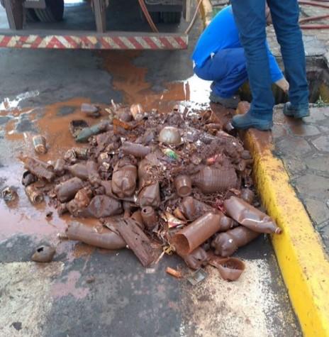Material retirado de galeria de água pluvial no Jardim Primavera, em Marechal Cândido Rondon.  Imagem: Acervo Imprensa PM-MCR - FOTO 8 --