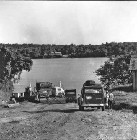 Acesso à balsa de passagem do Rio Iguaçu, a partir do Parque do Iguaçu ao Porto Lupion, no município de Capanema.  Imagem: Acervo Projeto Memória Rondonense - FOTO 7 -