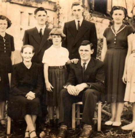 Casal pioneiro Olinda  e Jorge Frederico Alexandre Koehler, em foto de 1955. Da esquerda à direita: Norma, Anila, Hugo, Otmar, Erna, Ilse e Ivoni (entre os pais). Imagem: Acervo Norma e Alberto Livi - FOTO 1 -