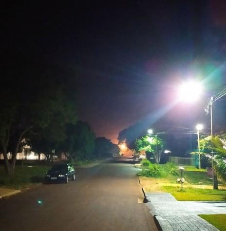 A vista panorâmica da lua nascendo no começo ou final da rua, nos remete ao trecho póetico de Mia Couto*: ?