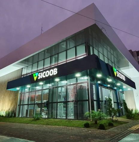 Nova fachada da agência do SICOOB - Marechal Cândido Rondon, à Rua D. João IV com a Rua Santa Catarina, em Marechal Cândido Rondon.  Imagem: Acervo Arlen Güttges - FOTO 12 -