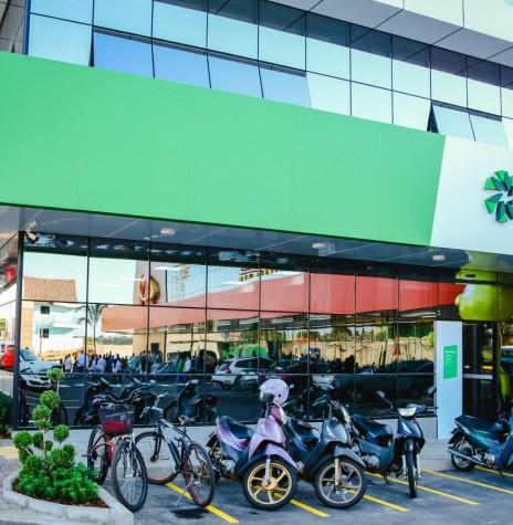 Fachada externa da agência da Sicredi Aliança PR/SP, junto ao Centro Comercial do Allmayer Supermercados, em Marechal Cândido Rondon, unidade ianugurada em settembro de 2020. Imagem: Acervo da cooperativa de crédito - FOTO 19 -