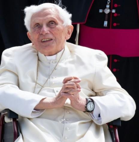 O papa emérito Bento XVI no aeroporto de Munique, sul da Alemanha, em 22 de junho de 2020, depois de visitar seu irmão doente. Imagem: Acervo Revista Isto É/AFP - FOTO 17 -