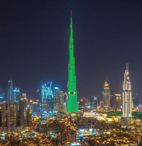 Saudação dos Emirados Árabes Unidos , na cidade de Dubai, no edíficio Burj Khalifa Bin Zayid, considerado o arranha-céu mais alto do mundo, em sua página no Facebook (Emirates). -- FOTO 11 -