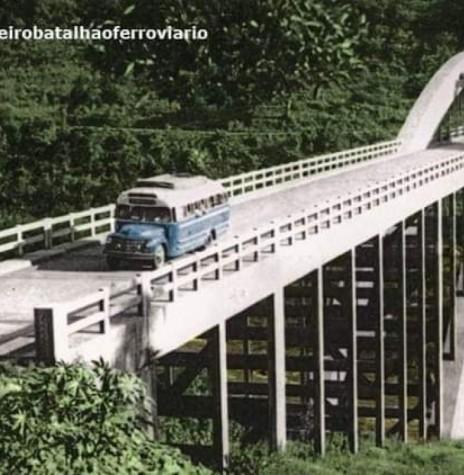 Passagem na Ponte Ernesto Dornelles, em meados da década de 1950. Imagem: Acervo 1º Batalhão Ferroviário - FOTO 9 -